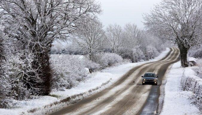 Vietām sniegs un apledojums apgrūtina braukšanu