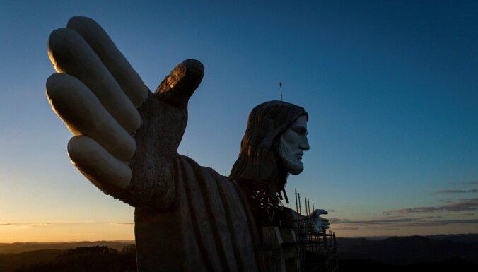 Foto: Brazīlijā būvē jaunu, vēl lielāku Jēzu