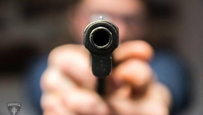 Угрожая продавцу оружием, мужчина похитил из кассы 670 евро