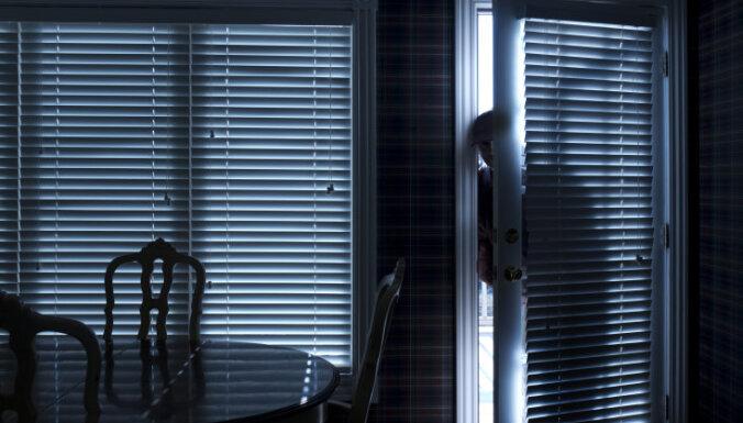 Злоумышленник совершал квартирные кражи и портил чужое имущество
