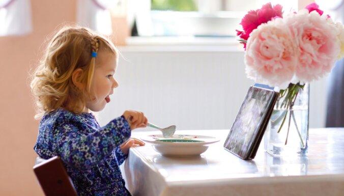 Kāpēc bērniem nevajadzētu skatīties multfilmas, kamēr viņi ēd