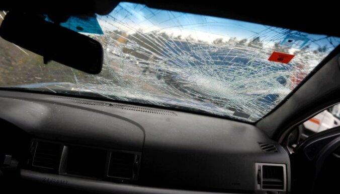 'Mazda' iebrauc pretējā joslā un saduras ar traktoru; vadītājs iet bojā