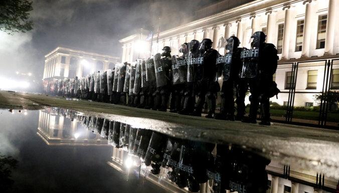 Третья ночь протестов в США после стрельбы полицейских в афроамериканца: двое убиты, один ранен