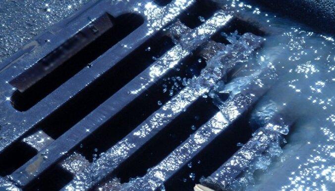 В Венту течет дождевая вода с нефтью: кто-то испортил боновые заграждения