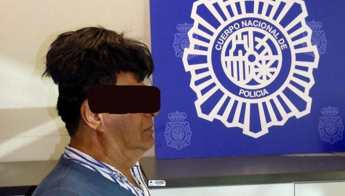 Foto: Kolumbiešu kungs Spānijā mēģina ievest zem tupē paslēptu kokaīnu
