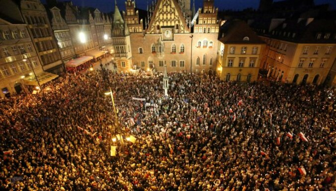 Десятки тысяч поляков протестуют против реформы Верховного суда