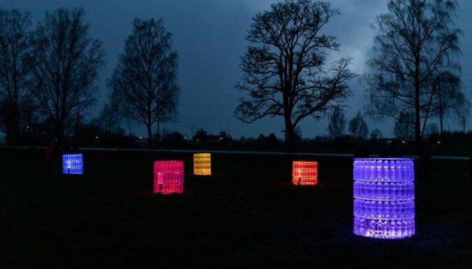Kocēnu novadā pudeles pārtapušas izgaismotos vides mākslas objektos