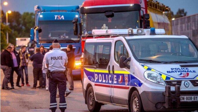 Francijas lauksaimnieki un kravu pārvadātāji bloķē ceļus, aicinot slēgt Kalē 'Džungļus'