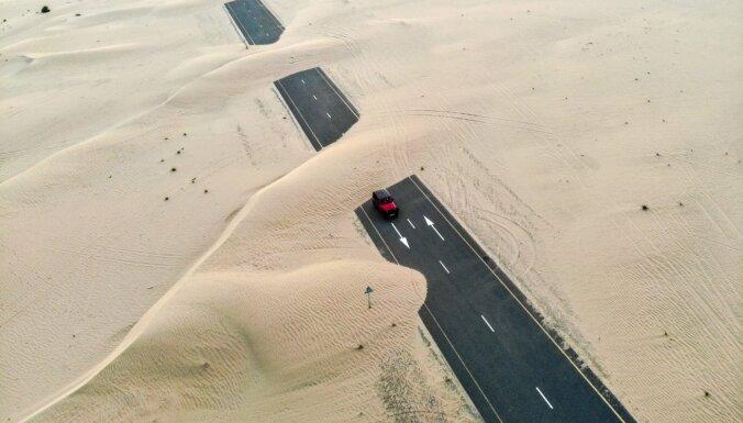 Iespaidīgi foto: Tuksnesis Dubaijā 'aprij' ceļus