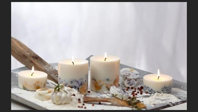 Sveces noskaņai un galda klājumā