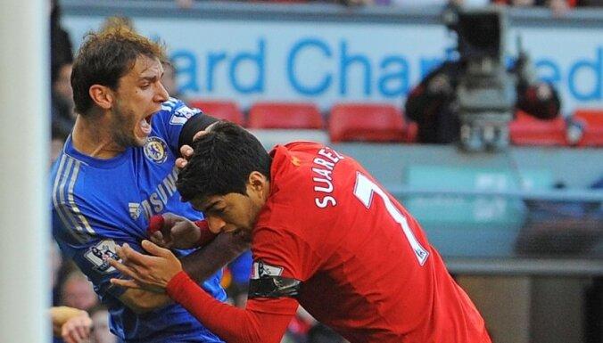 Video: 'Liverpool' futbolists Luiss Suaress iekož pretiniekam rokā