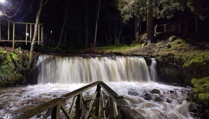 Ziemas vakaros izgaismos Ieriķu dzirnavu ūdenskritumus un taku