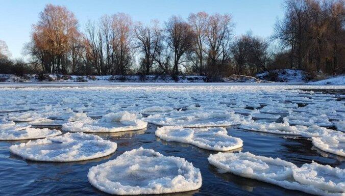 """ФОТО. """"Ледяные блинчики"""" - необычное чудо природы на шлюзах Айвиексте"""
