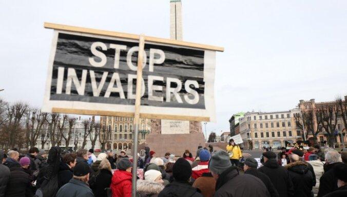 Latvijas iedzīvotāji joprojām negatīvi noskaņoti pret patvēruma meklētājiem, liecina aptauja