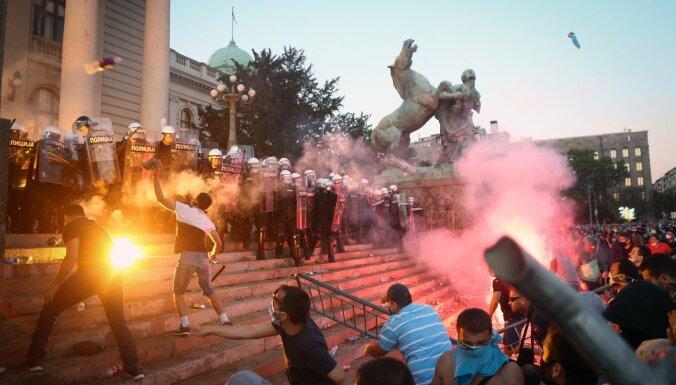 ФОТО. Беспорядки в Белграде: демонстранты требуют отставки президента