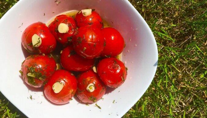 Marinēti tomātiņi ar ķiplokiem drīzai apēšanai