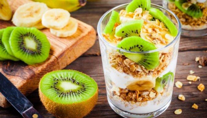 Слоеный десерт из мюсли, киви и йогурта
