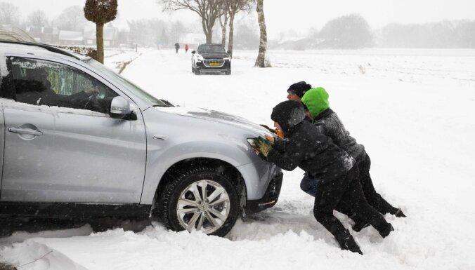 Nīderlandē desmitgades lielākā sniega vētra paralizē satiksmi