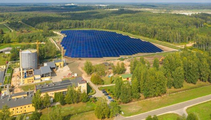 Foto: Latvijā atklāta pirmā saules enerģijas stacija Baltijā