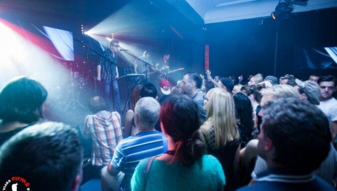 Foto: 'Aurora' un 'Dzeltenie pastnieki' priecē klausītājus Latvijas 1. rokkafejnīcā