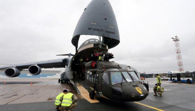 """ФОТО: В Латвию доставили американские боевые вертолеты """"Черный ястреб"""""""