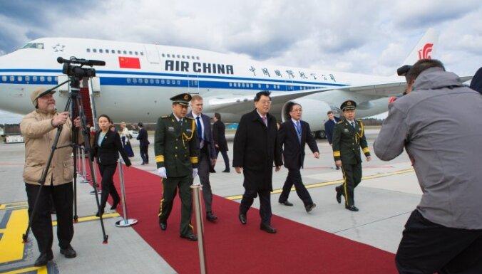 ФОТО: в Латвию прибыл спикер парламента Китая