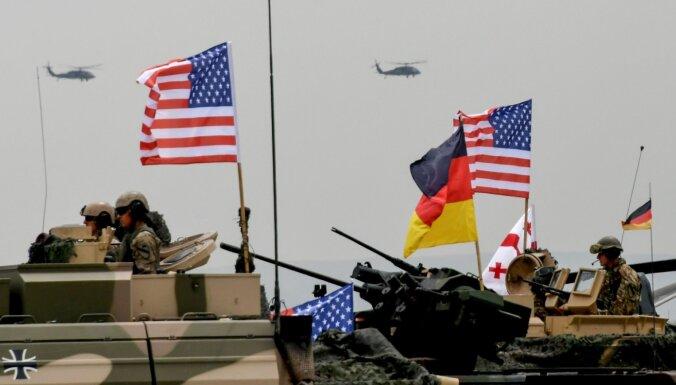 Daļa republikāņu aicina Trampu nesamazināt karavīru skaitu Vācijā