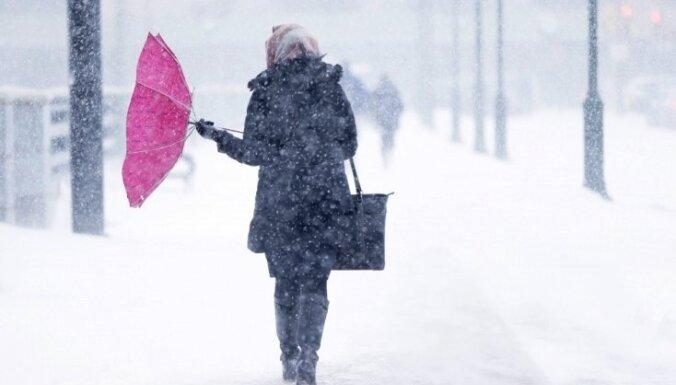 В социальных сетях возмущаются из-за снега на улицах Риги