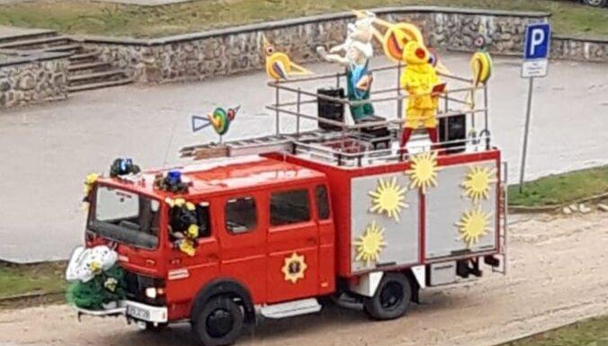 Video: Valmieriešus Lieldienās sveic varoņu superansamblis
