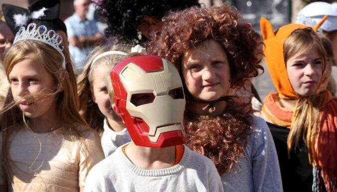 Foto: 1500 bērnu karnevāla tērpos dodas uz Gaismas pili