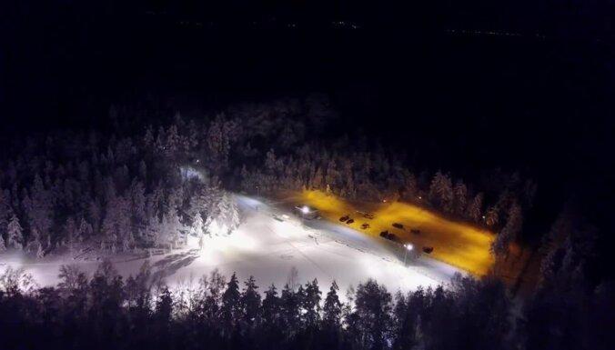 Video: Pasakai līdzīgā Ogres Zilo kalnu slēpošanas trase no putna lidojuma