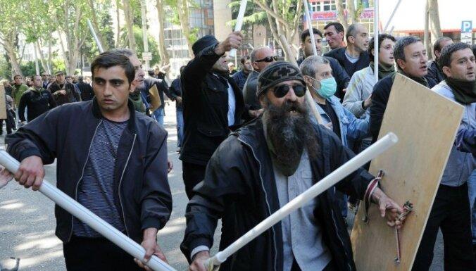Tbilisi turpinās protesti; opozīcijai aizvien jauni atbalstītāji