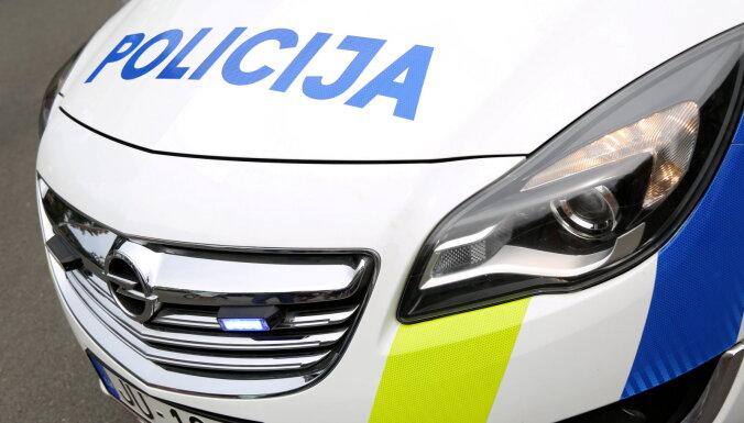 Purvciemā aiztur vīrieti par riepu pārduršanu trīs policijas automašīnām