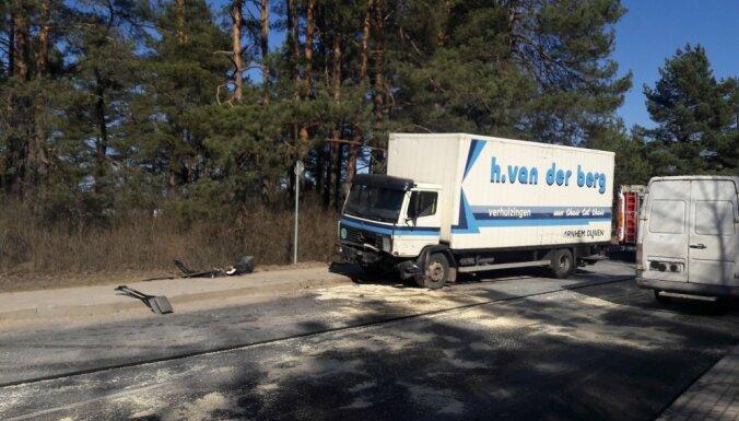 ФОТО: На шоссе Рига-Эргли лоб в лоб столкнулись легковушка и грузовик; движение затруднено