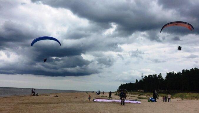 Foto: Piloti svin Latvijas simtgadi un ar motoparaplāniem pārlido Kurzemi