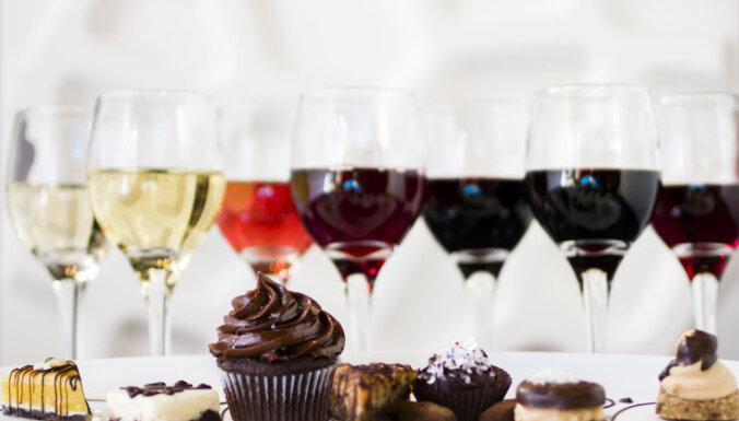 Kā glāze sarkanvīna vakariņu laikā ietekmē liekā svara zudumu un vidukļa izskatu