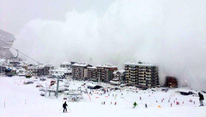 Video: Lavīna gandrīz aprok Alpu kūrortu