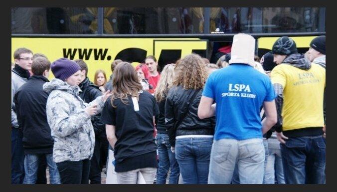Рекорд Латвии: в автобус вместились 133 человека
