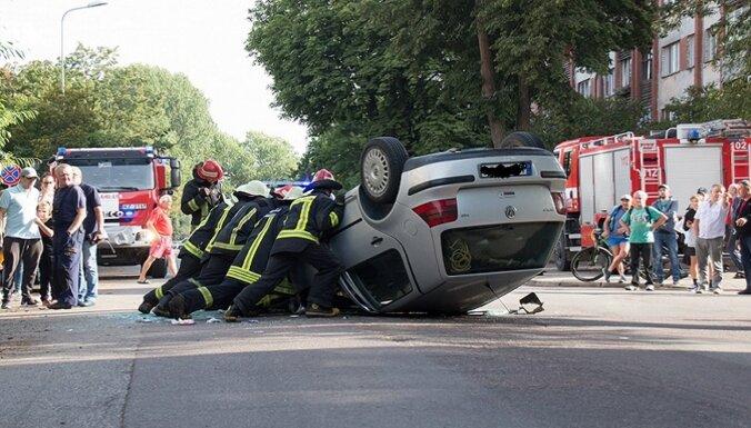 ФОТО. Автомобиль врезался в припаркованную машину и перевернулся на крышу
