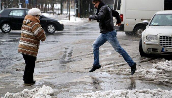 Rīgā nedēļas nogalē pastiprināti strādās ūdens sūknēšanas tehnika