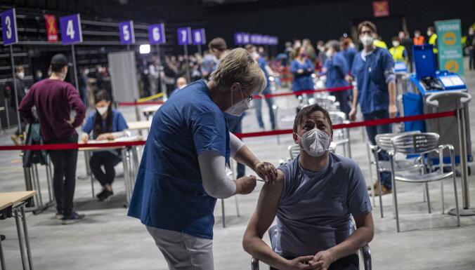 В живой очереди на получение вакцины от Covid-19 в Даугавпилсе — около 100 человек