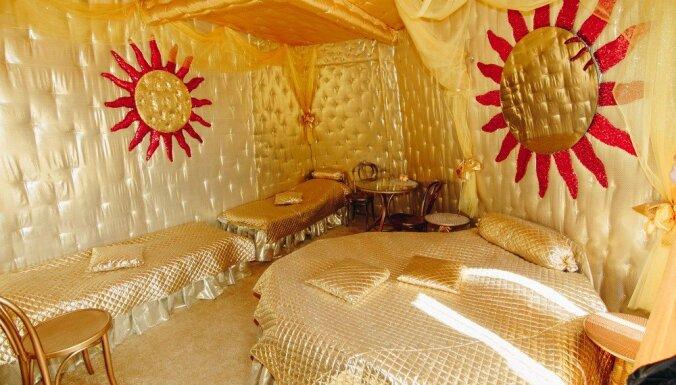 ФОТО. Вы будете спать в телеге или в аду? Под Вильнюсом нашлась самая поразительная гостиница в Балтии