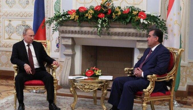Putins Tadžikistānas prezidentam uzdāvinājis snaipera šauteni