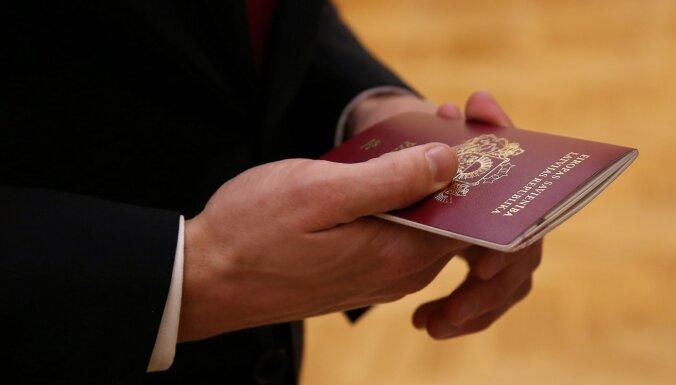 Jaundzimušajiem vairs nepiešķirs nepilsoņa statusu, nolemj Saeima