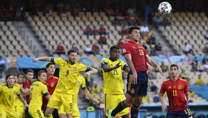 Швеция устояла против Испании, у Польши — исторический автогол вратаря, удаление и поражение