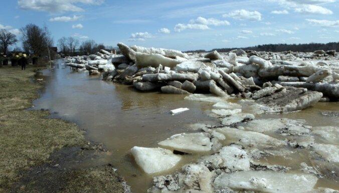 Ūdens līmenis Daugavpilī sasniedz bīstamo robežu; VUGD nosūta papildu glābšanas tehniku (+ skarbākie foto no nedēļas nogales)