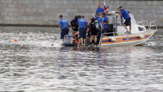 Maskavā upē nogrimstot kuterim, septiņi cilvēki gājuši bojā un divi pazuduši