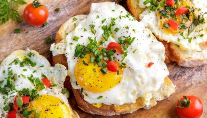 Grauzdētās brokastu tomātmaizes ar ceptām olām