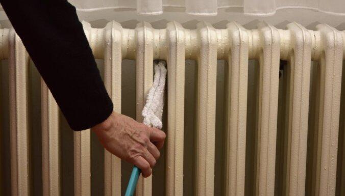 Putekļu sērga – kā izslaucīt gružus aiz radiatora un šaurajās spraugās
