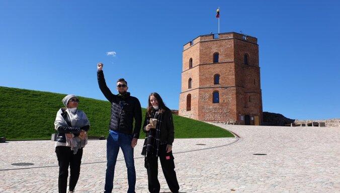 Covid-19: Первые туристы на башне Гедиминаса в Вильнюсе - граждане Латвии